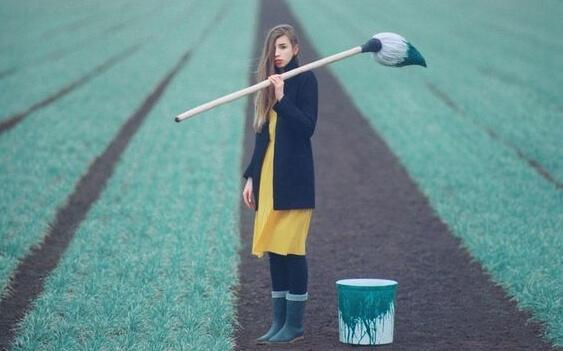 nainen maalaa nurmikkoa vihreäksi