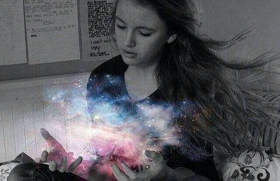 tähtipölyä tytön käsissä