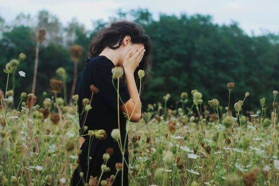 epätoivoinen nainen pellolla