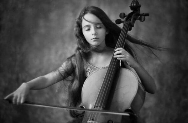 tyttö soittaa selloa