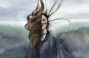 nainen heilauttaa pitkiä hiuksiaan