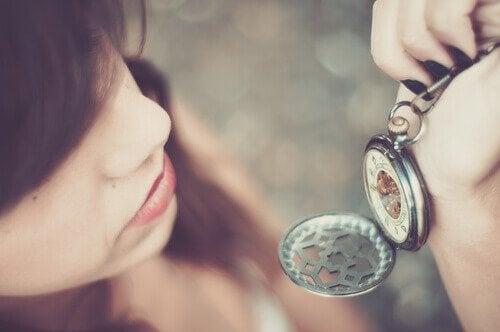 nainen katsoo kelloa