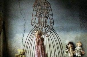 tyttö on äidin mekon vankina