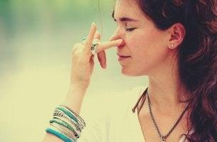 nainen hengittää vain yhdellä sieraimella