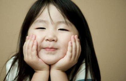 tyytyväinen aasialainen tyttö