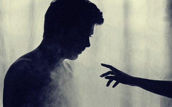 naisen käsi hapuilee miestä