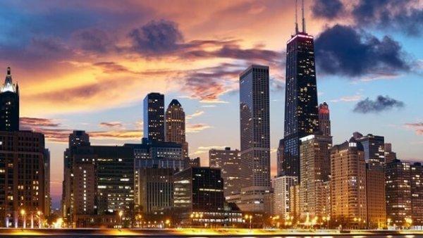 kaupunki iltahämärässä