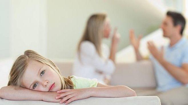 riitelevät vanhemmat ja väsynyt tyttö
