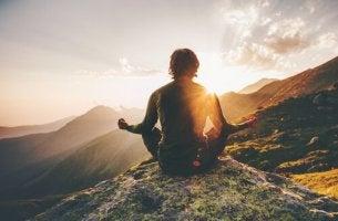 mies meditoi vuorilla