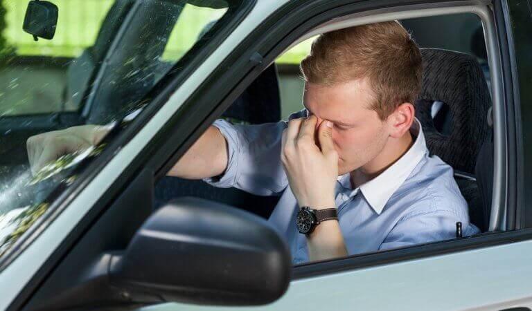 ahdistunut mies autossa