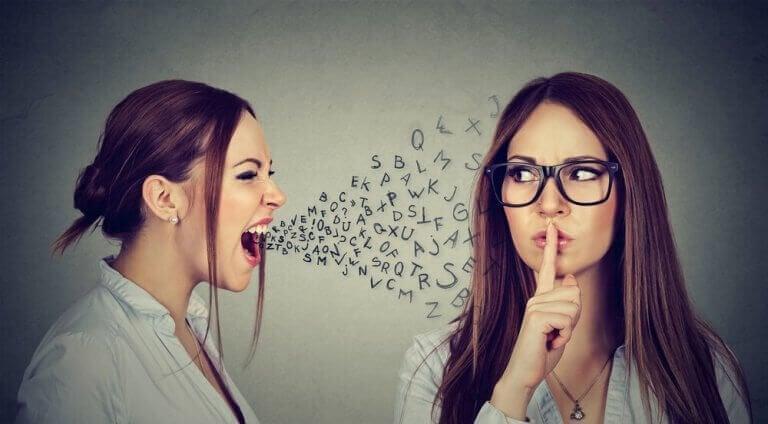 nainen huutaa ja toinen hyssyttelee