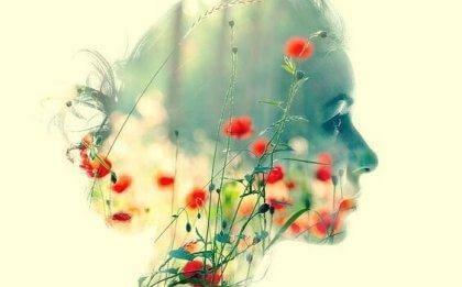 naisen pää on maisema ja siinä on kukkia