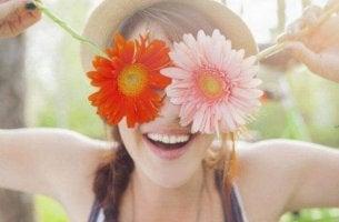 nainen laittaa kukat silmiensä eteen