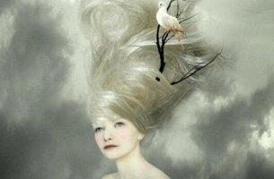 naisen hiuksissa asuu kyyhky