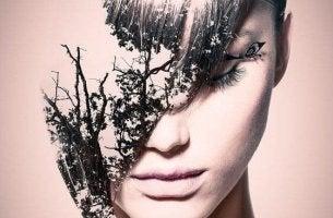 naisen kasvot ovat puoliksi puuta