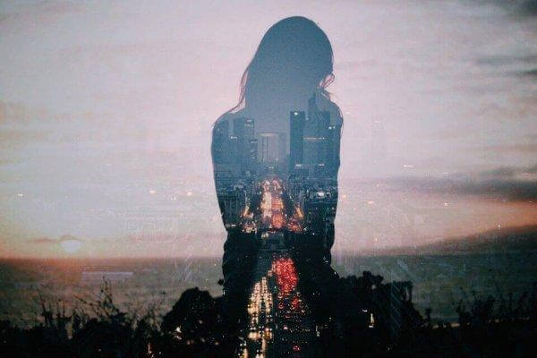 nainen ja kaupunki