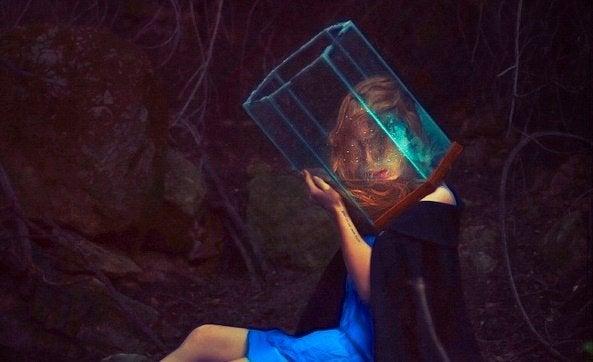 naisen pää on lasissa