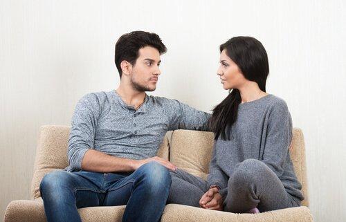 pari keskustelee sohvalla