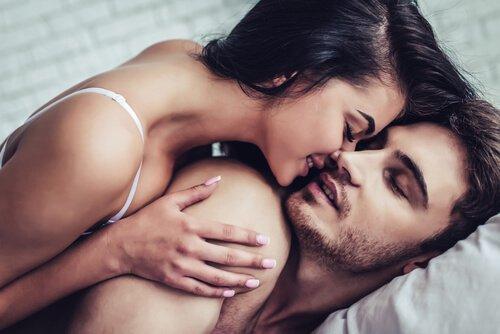 pariskunta halailee sängyssä