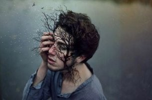 miehen kasvoista kasvaa oksia