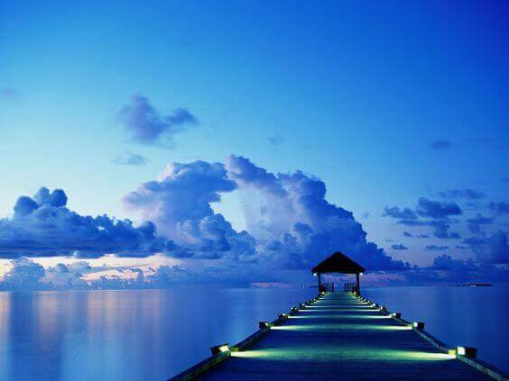 sininen väri iltaisella laiturilla