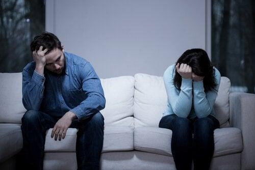 epätoivoinen pariskunta sohvalla