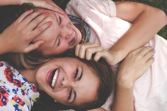 ystävät nauravat