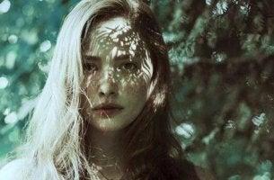 nainen metsän siimeksessä