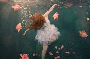 nainen kelluu veden pinnan alla