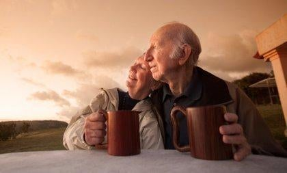 iäkäs pariskunta juo aamukahvia ulkona