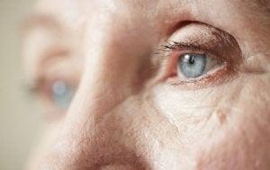 miten autat surumielistä vanhusta