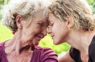vanhempi ja nuorempi nainen