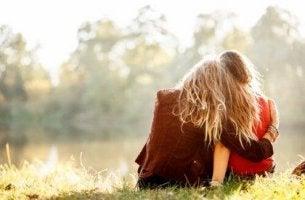 kaksi ystävää halaa