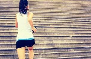 nainen juoksee portaita