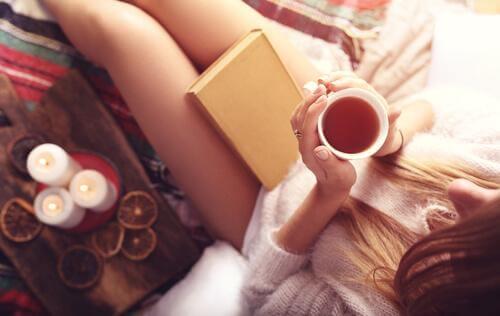 teetä, kirja ja kynttilöitä