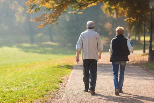 kävelyn edut: sopii vanhemmillekin ihmisille