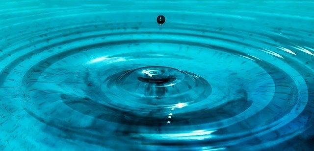 heijastusvaikutuksen teoria: pisara vedessä