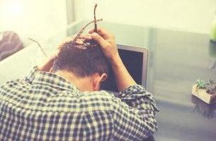 pakkomielteinen ajattelu saa miehen ahdistumaan