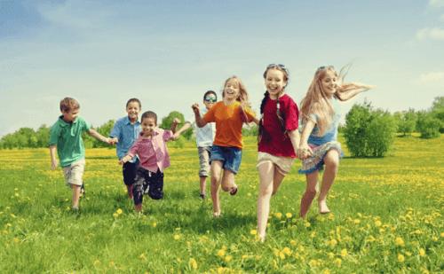 iloiset lapset leikkivät yhdessä