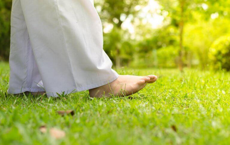 paljain jaloin nurmikolla