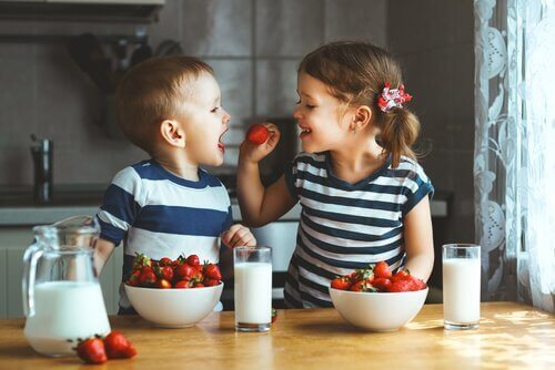 erimunaiset kaksoset: tyttö ja poika