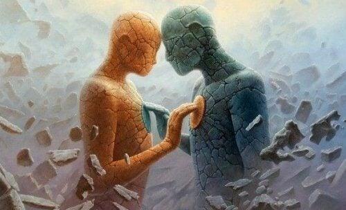 kaksi eriväristä ihmistä tai patsasta