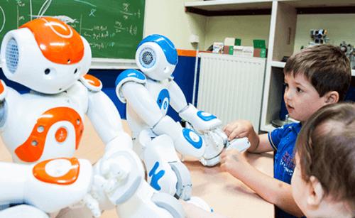 lapset tutustuvat robotteihin