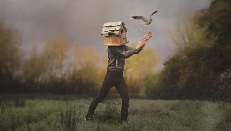 miehen päässä on linnunpönttö