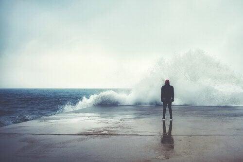 mies myrskyisellä rannalla