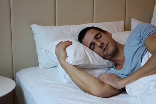 mies nukkuu rauhallisesti