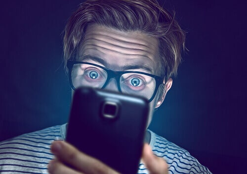 miehen täytyy lopettaa puhelimen kyttääminen saadakseen paremmin unta