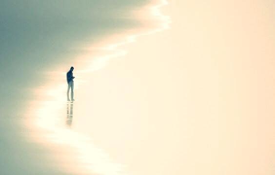 mies yksin rannalla