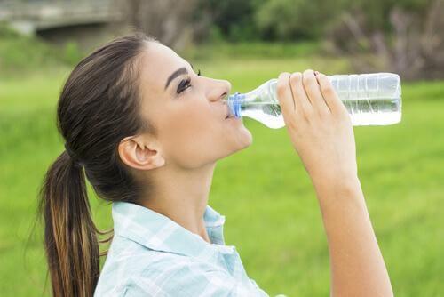 hoida päänsärkyä juomalla enemmän vettä