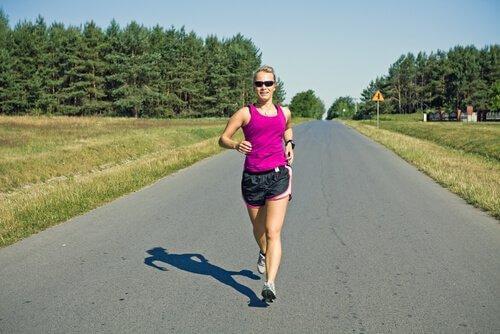 nainen juoksemassa